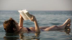 사해(Dead Sea)에 누워 책읽기