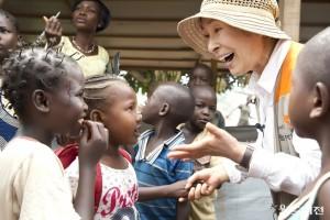 정기적으로 해외 어려운 환경에 있는 아이들 후원하기