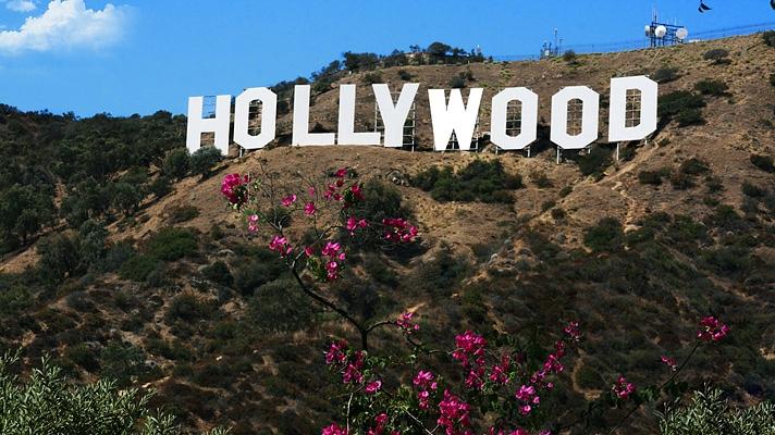 할리우드(Hollywood) 간판을 배경으로 사진찍기