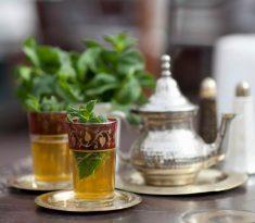 모로코 전통 민트티 아타이 마시기