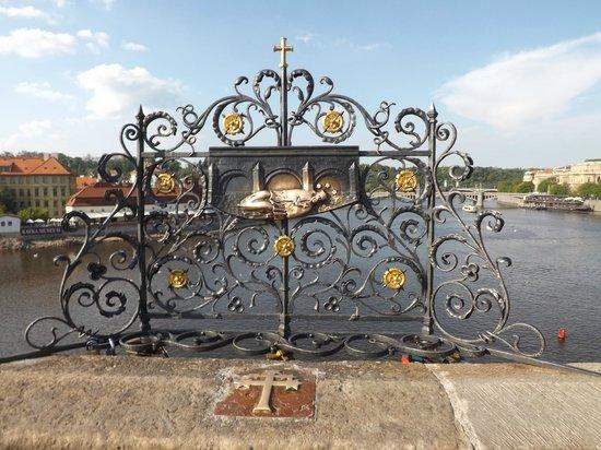 프라하 카를교 성 네포묵에서 소원빌기